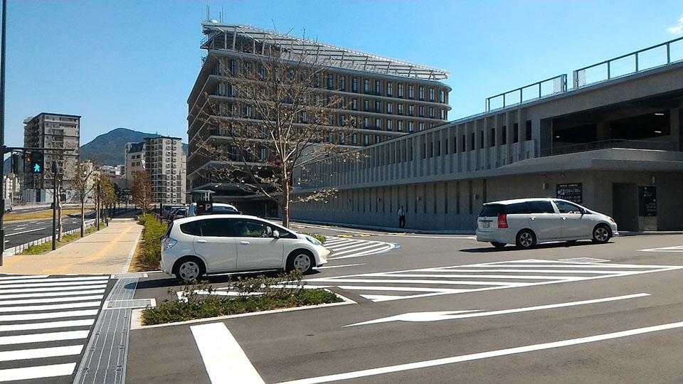県庁舎入り口は左折後奥から
