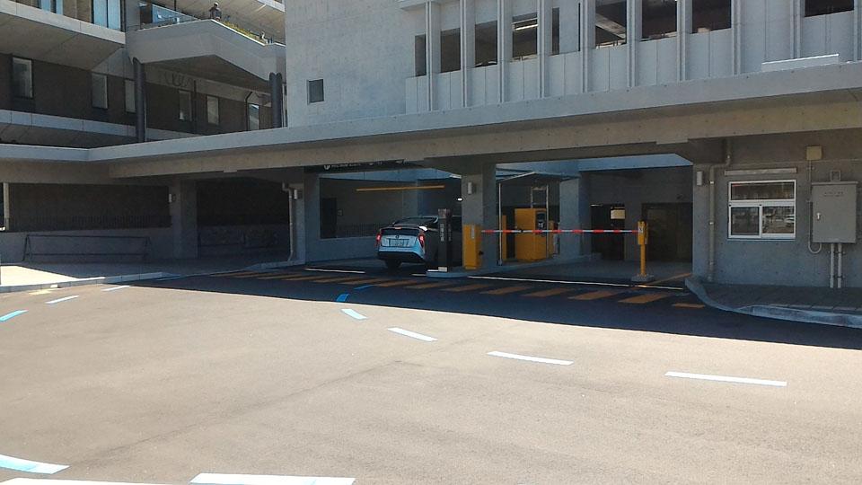 県庁舎駐車場入り口